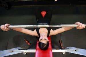 a woman benchpresser